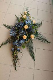Szary phalaenopsis i kremowa róża.